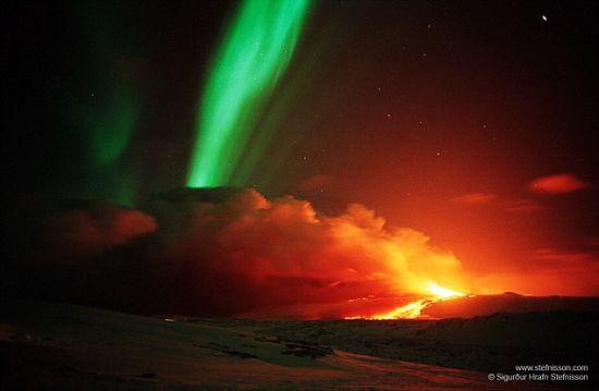 """冰岛""""地狱之门""""火山上空现壮美北极光-地理博览"""