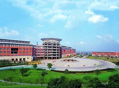 宁波万里国际学校中学位于市科技园区,现占地180亩,东西校区构成生态