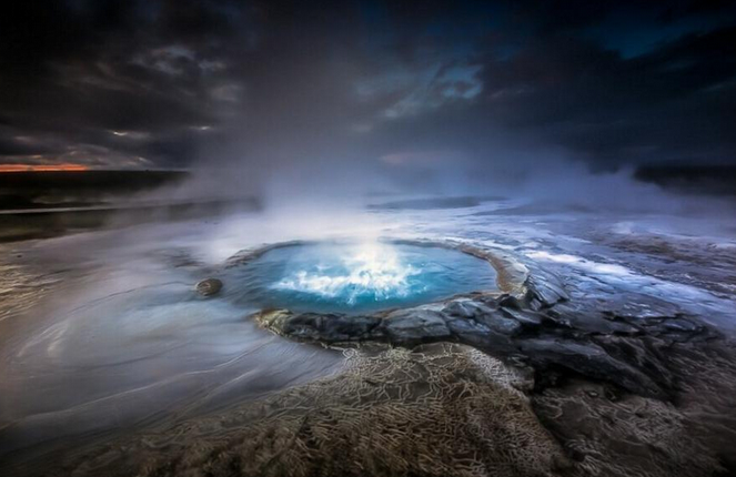 岛间歇泉壮丽如外星球风景画